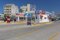 Gebührn-Kiosk im Hafen stockbild