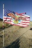 Gebürtige indianische Flagge brennt im Wind auf indischem Land Chumash auf Landstraße 33, nahe Cuyama Kalifornien durch Lizenzfreie Stockfotos