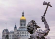 Gebürtige indianische Statue mit Axt am Zustandskapitolgebäude lizenzfreie stockfotografie
