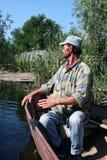 Gebürtige Männer vom Donau-Dreieck das Wasser überwachend lizenzfreies stockbild