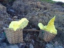 Gebürtiger Schwefel schaukelt von See Ijen-Krater, Java, Indonesien Lizenzfreies Stockfoto