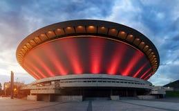 Gebaad in de stralen van het avondlicht spodek in Katowice stock foto