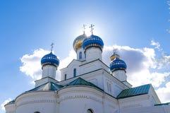 Gebaad, kruist de kerk tegen de hemel en de zon sacrament royalty-vrije stock afbeelding