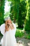 Gebaar van het de kinderen het blonde meisje van de engel stock afbeeldingen