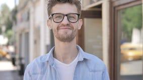 Gebaar van ja door de Openlucht Bevindende Jonge Mens stock videobeelden
