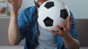Gebaard die voetbalverdediger het letten op spel op TV thuis, met resultaat wordt teleurgesteld stock video