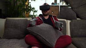 Gebaard mensenspel VR of het virtuele spel van werkelijkheidsglazen stock footage