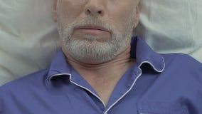 Gebaard oud mannetje die in bed en slaap liggen, die problemen met slaap zwaar snurken stock video