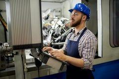 Gebaarde Arbeider die Eenheden van energie gebruiken royalty-vrije stock fotografie