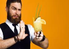 Gebaarde barman met de cocktail van de baardholding in vest stock afbeeldingen