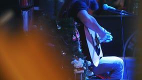 Gebaarde gitarist bij overleg - akoestische gitaar, microfoon, club stock videobeelden