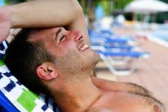 Gebaarde glimlachende mens bij het strand stock fotografie
