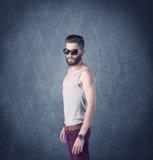 Gebaarde hipster die zich in elegante kleren bevinden Stock Foto's