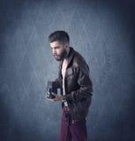Gebaarde hipster die zich in elegante kleren bevinden Royalty-vrije Stock Foto