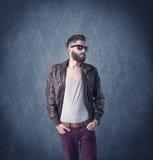 Gebaarde hipster die zich in elegante kleren bevinden Royalty-vrije Stock Afbeeldingen