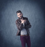Gebaarde hipster die zich in elegante kleren bevinden Royalty-vrije Stock Foto's