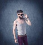 Gebaarde hipster die zich in elegante kleren bevinden Stock Afbeeldingen