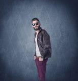 Gebaarde hipster die zich in elegante kleren bevinden Royalty-vrije Stock Fotografie
