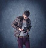Gebaarde hipster die zich in elegante kleren bevinden Stock Foto