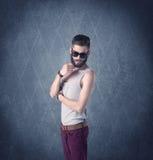 Gebaarde hipster die zich in elegante kleren bevinden Royalty-vrije Stock Afbeelding