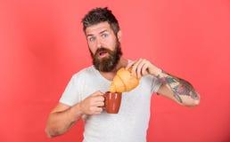 Gebaarde hipster geniet van ontbijt drinkt koffie Gastronomisch genoegen De ochtend van het mensenbegin met kop van koffie en ver royalty-vrije stock fotografie