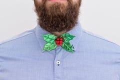 Gebaarde hipster met feestelijke Kerstmisvlinderdas royalty-vrije stock afbeelding