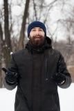 Gebaarde kerel het spelen sneeuwballen Royalty-vrije Stock Afbeeldingen