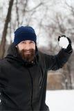 Gebaarde kerel het spelen sneeuwballen Stock Foto