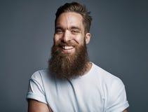 Gebaarde knappe mens met grote glimlach Royalty-vrije Stock Afbeeldingen