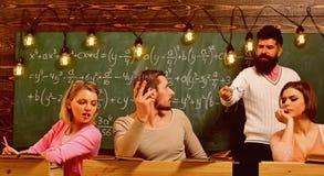 Gebaarde leraar, spreker, professors lettende op studenten tijdens test, examen, les Bedrieg op testconcept Studenten, groep royalty-vrije stock afbeeldingen