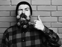 Gebaarde mens, brutale Kaukasisch geamuseerd hipster met gift decoratieve sterren royalty-vrije stock foto