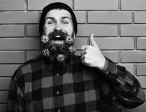 Gebaarde mens, brutale Kaukasisch geamuseerd hipster met gift decoratieve sterren royalty-vrije stock afbeelding