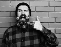 Gebaarde mens, brutale Kaukasisch geamuseerd hipster met gift decoratieve sterren stock foto