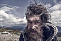 Gebaarde mens, brutale Kaukasische hipster met snor op winderige berg royalty-vrije stock afbeeldingen