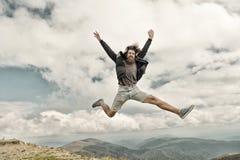 Gebaarde mens, brutale Kaukasische hipster met snorsprong op berg royalty-vrije stock afbeeldingen