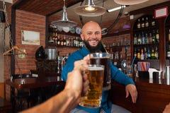 Gebaarde Mens in de Glazen die van het Bargerinkel, het Drinken de Mokken van de Biergreep, het Vrolijke Vrienden Samenkomen roos Royalty-vrije Stock Foto's