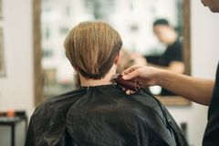 Gebaarde mens die een kapsel met een haarclippers hebben Achter mening stock afbeelding