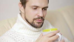 Gebaarde Mens die een Kop thee hebben een sweater stock videobeelden