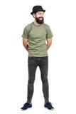 Gebaarde mens die hoed en t-shirt lachen dragen onbezorgd met gesloten ogen Royalty-vrije Stock Afbeelding