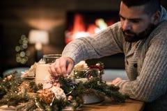 Gebaarde mens die Kerstmislijst verfraaien Royalty-vrije Stock Afbeeldingen