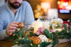 Gebaarde mens die Kerstmislijst verfraaien Stock Afbeelding