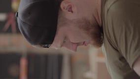 Gebaarde mens die met draden met hulpmiddelen werken Concept hand productie De Craftmanwerken in een workshop stock footage