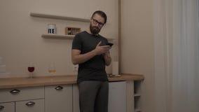 Gebaarde mens die met smartphone aan inhoud reageren stock videobeelden