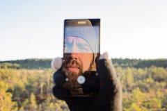 Gebaarde mens die selfie nemen stock foto's