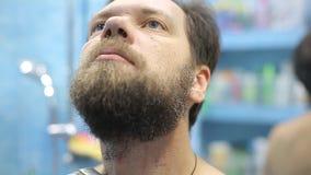 Gebaarde mens droge het scheren baard die elektrische snoeischaarmachine met behulp van stock videobeelden