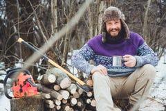 Gebaarde mens het drinken thee in het bos royalty-vrije stock foto