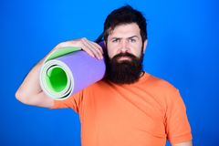 Gebaarde mens hipster met geschiktheidsmat Sportieve mens opleiding in gymnastiek Het materiaal van de sportmat Atletisch regime  stock fotografie