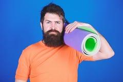 Gebaarde mens hipster met geschiktheidsmat Sportieve mens opleiding in gymnastiek Het materiaal van de sportmat Atletisch regime  royalty-vrije stock fotografie