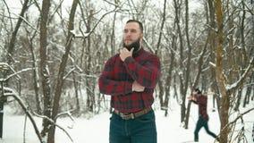 Gebaarde mens met bijl stock footage