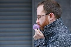Gebaarde Mens met Bubblegum Royalty-vrije Stock Foto's